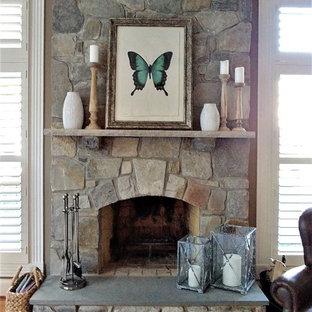 ワシントンD.C.の大きいラスティックスタイルのおしゃれなファミリールーム (グレーの壁、無垢フローリング、標準型暖炉、石材の暖炉まわり、コーナー型テレビ) の写真