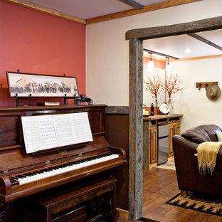 Cette photo montre une salle de séjour chic avec une salle de musique, un mur rouge et un sol en bois brun.