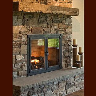 Idéer för stora eklektiska allrum med öppen planlösning, med beige väggar, mellanmörkt trägolv, en standard öppen spis och en spiselkrans i sten
