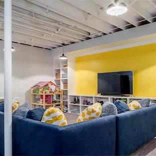 Exempel på ett mellanstort modernt avskilt allrum, med gula väggar, heltäckningsmatta och en fristående TV