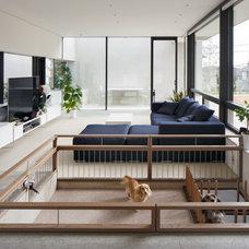 Modern Family Room by 山崎壮一建築設計事務所