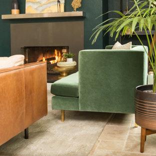 Diseño de sala de estar cerrada, actual, pequeña, sin televisor, con paredes verdes, suelo de travertino, suelo marrón y chimenea tradicional