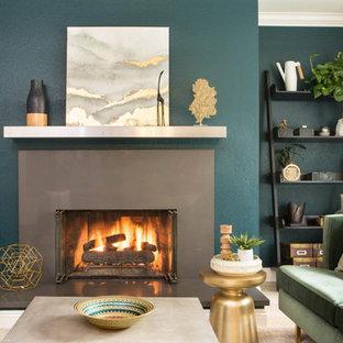 Cette photo montre une petite salle de séjour tendance fermée avec un mur vert, aucun téléviseur, un sol marron, un sol en travertin et une cheminée standard.