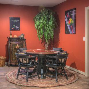 Réalisation d'une grand salle de séjour tradition fermée avec salle de jeu, un mur orange, un sol en bois brun, aucune cheminée, un téléviseur fixé au mur et un sol marron.