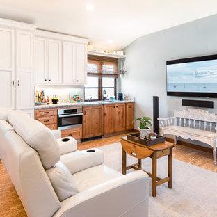サンタバーバラの巨大なビーチスタイルのおしゃれな独立型ファミリールーム (青い壁、コルクフローリング、茶色い床、暖炉なし、壁掛け型テレビ) の写真
