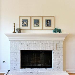 Идея дизайна: открытая гостиная комната среднего размера в скандинавском стиле с белыми стенами, кирпичным полом, стандартным камином и фасадом камина из кирпича
