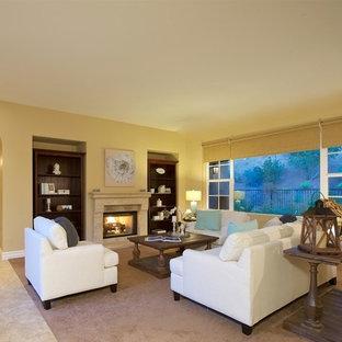 サンディエゴの大きいビーチスタイルのおしゃれなファミリールーム (ホームバー、白い壁、カーペット敷き、標準型暖炉、テレビなし) の写真