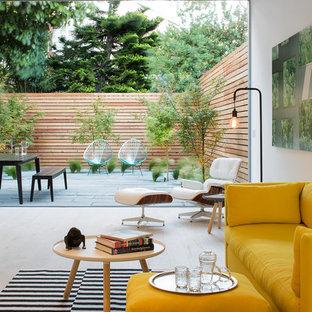 Idee per un piccolo soggiorno minimalista aperto con pareti bianche, parquet chiaro, nessun camino, nessuna TV e pavimento beige