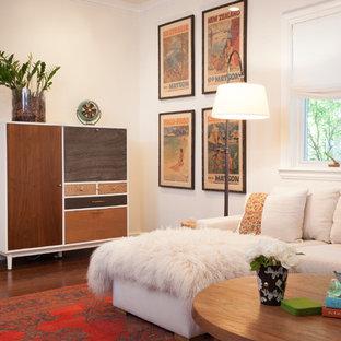 Idées déco pour une salle de séjour classique de taille moyenne et fermée avec un mur blanc, un sol en bois brun, un téléviseur fixé au mur et un sol marron.
