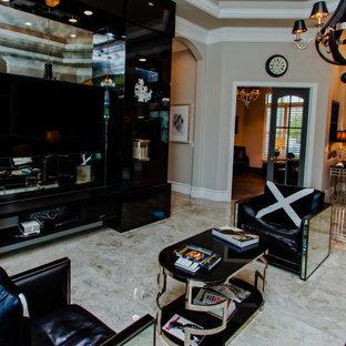 Idee per un soggiorno chic di medie dimensioni e chiuso con pareti beige, pavimento in marmo, nessun camino, TV a parete e pavimento beige