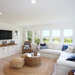 ボストンの中サイズのビーチスタイルのおしゃれなファミリールーム (淡色無垢フローリング、暖炉なし、白い床) の写真