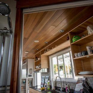 Diseño de sala de estar abierta, marinera, pequeña, con suelo de contrachapado, pared multimedia y suelo gris