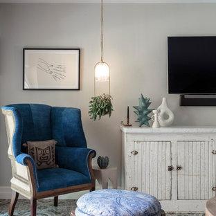 Imagen de sala de estar campestre con paredes grises, televisor colgado en la pared y suelo multicolor
