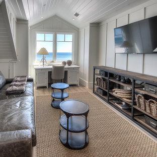 マイアミのビーチスタイルのおしゃれな独立型ファミリールーム (白い壁、淡色無垢フローリング、壁掛け型テレビ) の写真
