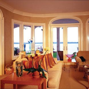 マイアミの大きい地中海スタイルのおしゃれなファミリールーム (ベージュの壁、カーペット敷き) の写真