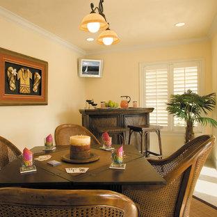 マイアミの大きいビーチスタイルのおしゃれな独立型ファミリールーム (ゲームルーム、黄色い壁、セラミックタイルの床、暖炉なし、壁掛け型テレビ) の写真