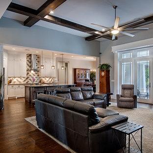 マイアミの大きいおしゃれなファミリールーム (ライブラリー、グレーの壁、濃色無垢フローリング、暖炉なし、壁掛け型テレビ) の写真