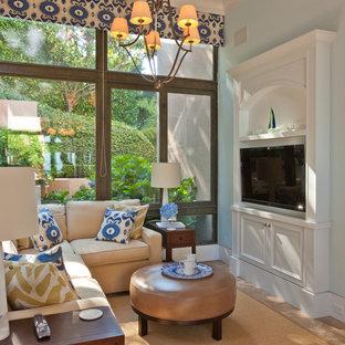 サンフランシスコの中サイズのトラディショナルスタイルのおしゃれな独立型ファミリールーム (青い壁、暖炉なし、壁掛け型テレビ、茶色い床、トラバーチンの床) の写真