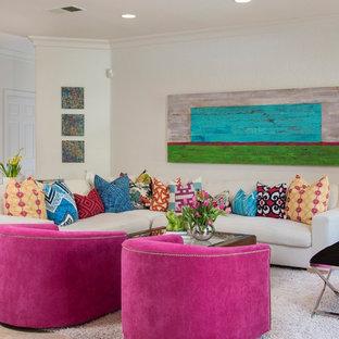 Foto de sala de estar abierta, costera, de tamaño medio, con paredes blancas, suelo de travertino, chimenea tradicional, televisor colgado en la pared y suelo gris