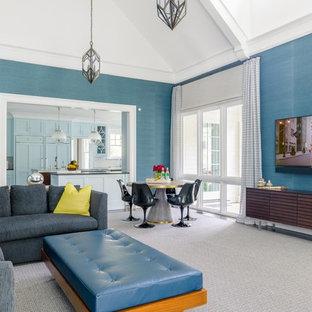 ニューヨークのビーチスタイルのおしゃれな独立型ファミリールーム (青い壁、カーペット敷き、暖炉なし、壁掛け型テレビ、グレーの床) の写真