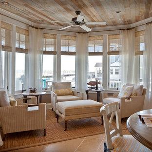 Modelo de sala de estar abierta, marinera, pequeña, sin chimenea y televisor, con paredes beige, suelo de baldosas de cerámica y suelo beige