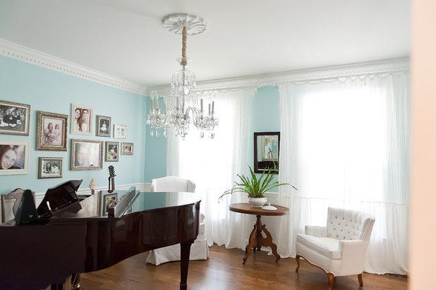 Beach Style Family Room by Kristie Barnett, The Decorologist