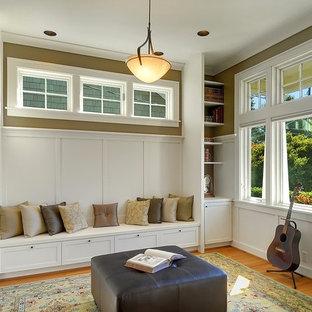 Idee per un soggiorno stile americano chiuso con sala della musica, pareti beige e pavimento in legno massello medio