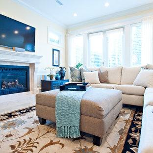 Ispirazione per un grande soggiorno classico chiuso con pareti gialle, pavimento in marmo, camino classico, cornice del camino in pietra, TV a parete e pavimento bianco
