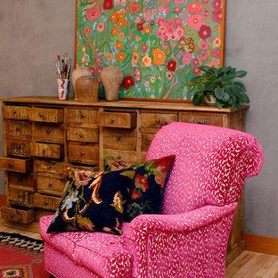 Aménagement d'une salle de séjour éclectique de taille moyenne avec un mur gris, un sol en bois clair et aucun téléviseur.