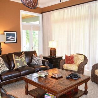 マイアミの大きいトロピカルスタイルのおしゃれな独立型ファミリールーム (ベージュの壁、セラミックタイルの床、据え置き型テレビ) の写真
