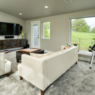 Idee per un grande soggiorno minimalista chiuso con sala giochi, pareti grigie, moquette, nessun camino e TV a parete