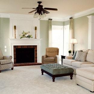 Aménagement d'une salle de séjour classique de taille moyenne et ouverte avec un mur vert, moquette, une cheminée standard, un manteau de cheminée en brique et un téléviseur indépendant.