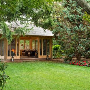 Idée de décoration pour une salle de séjour asiatique de taille moyenne et fermée avec un sol en bois foncé, une cheminée standard et un manteau de cheminée en plâtre.