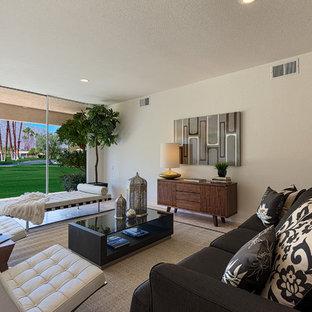 Foto di un grande soggiorno minimalista aperto con pareti beige e pavimento in travertino