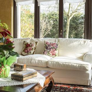 Inspiration pour une grand salle de séjour style shabby chic ouverte avec un mur blanc, un sol en marbre, aucune cheminée, aucun téléviseur et un sol marron.