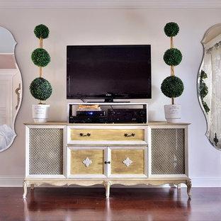 Diseño de sala de estar abierta, romántica, grande, sin chimenea, con paredes blancas, suelo de madera en tonos medios, televisor independiente y suelo marrón