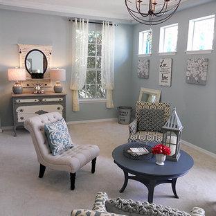 オーランドの大きいシャビーシック調のおしゃれなファミリールーム (青い壁、カーペット敷き、暖炉なし、テレビなし) の写真