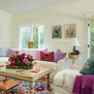 Foto de sala de estar abierta, romántica, de tamaño medio, con paredes blancas y suelo de madera en tonos medios