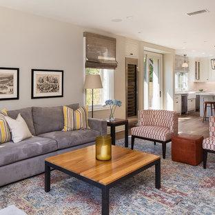 Inspiration pour une salle de séjour traditionnelle de taille moyenne et ouverte avec un mur gris, un sol en bois foncé, un téléviseur fixé au mur, un sol marron et un bar de salon.