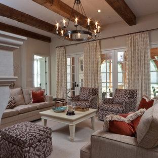 Diseño de sala de estar clásica con paredes beige y suelo de madera oscura