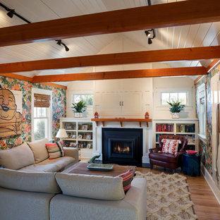プロビデンスの中サイズのトラディショナルスタイルのおしゃれなオープンリビング (マルチカラーの壁、無垢フローリング、標準型暖炉、木材の暖炉まわり、オレンジの床) の写真