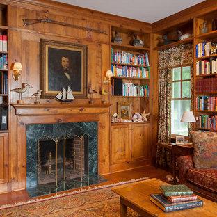 ニューヨークの大きいヴィクトリアン調のおしゃれなファミリールーム (白い壁、濃色無垢フローリング、標準型暖炉、石材の暖炉まわり、内蔵型テレビ、茶色い床) の写真
