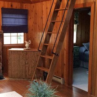Immagine di un soggiorno stile rurale di medie dimensioni e stile loft con pareti beige, pavimento in legno massello medio, nessun camino e nessuna TV