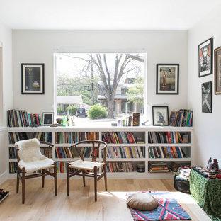 オースティンのコンテンポラリースタイルのおしゃれなファミリールーム (ミュージックルーム、白い壁、淡色無垢フローリング、ベージュの床) の写真