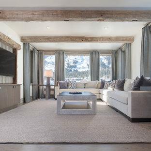 Ispirazione per un soggiorno stile rurale con pareti bianche, parquet scuro, TV a parete e pavimento marrone