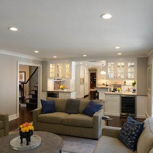 ニューヨークの中サイズのコンテンポラリースタイルのおしゃれな独立型ファミリールーム (グレーの壁、濃色無垢フローリング、標準型暖炉、レンガの暖炉まわり、壁掛け型テレビ、茶色い床) の写真