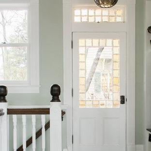 ボストンの大きいヴィクトリアン調のおしゃれなファミリールーム (緑の壁、濃色無垢フローリング) の写真