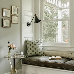 Immagine di un soggiorno vittoriano con pareti grigie e parquet scuro