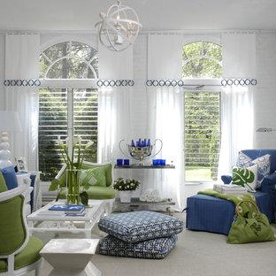 Diseño de sala de estar contemporánea con paredes blancas y suelo gris