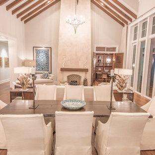 Foto di un ampio soggiorno tropicale aperto con pareti beige, parquet chiaro, camino classico, cornice del camino in pietra e nessuna TV